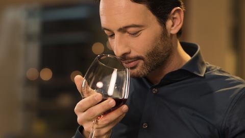 Wer Rotwein mit diesem Snack zu sich nimmt, bleibt länger jung