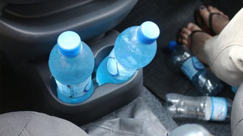 PET-Flaschen im Auto liegen lassen: Deshalb sind sie eine Gefahr für die Gesundheit