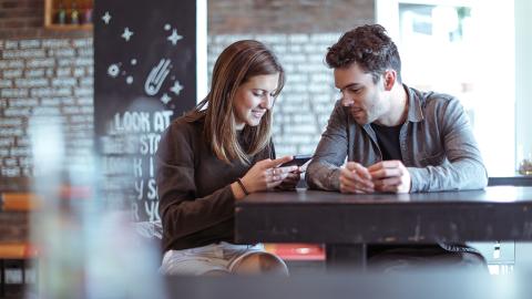 Sie flirten drei Jahre lang online: Dann verlangt Tinder, dass sie sich endlich treffen!