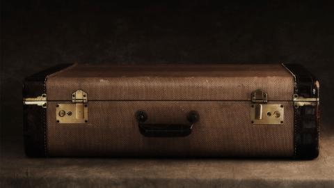 Fotograf dringt in verlassene Psychiatrie ein und entdeckt 400 ungeöffnete Koffer