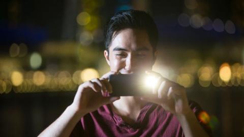 Rote Augen bei Fotos in der Nacht: Das ist der Grund!