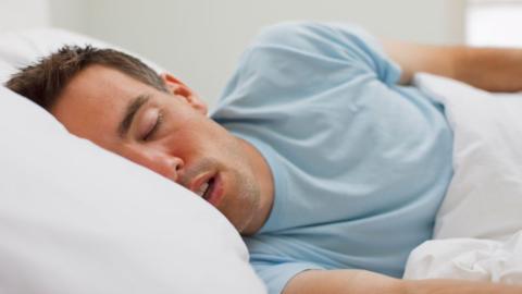 Sprechen im Schlaf kann auf eine schwere Krankheit hindeuten