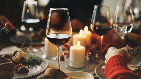 Studie erklärt: Darum trinken wir im Winter mehr Alkohol