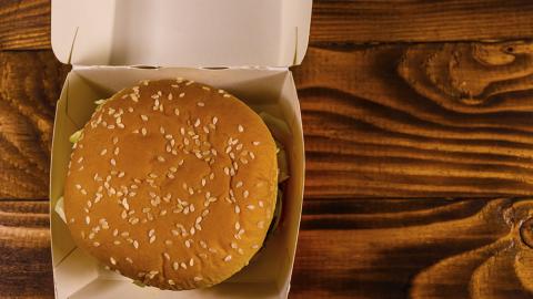 Sie bewahren einen Burger 20 Jahre lang auf - jetzt packen sie ihn aus