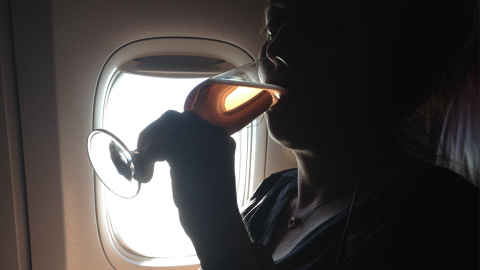 Frau feiert wilde Party im Flugzeug und reißt sich die Klamotten vom Leib