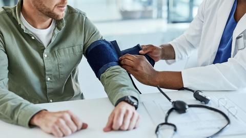 Bluthochdruck mit 40 Jahren: Erschreckende Folgen für das Gehirn