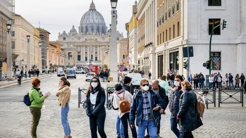 """Kartenspiel sticht Coronavirus"": Lehrerehepaar berichtet aus Alltag in Sperrzone Italien"