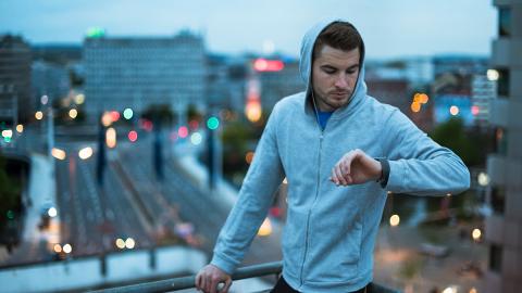 Während der Ausgangssperre läuft dieser Mann einen Marathon – auf seinem Balkon!