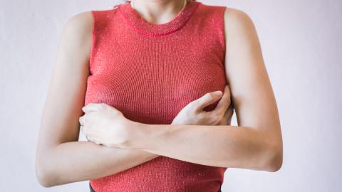 Brüste dieser Frau hören nicht zu wachsen auf: Dann bekommt sie richtig Angst