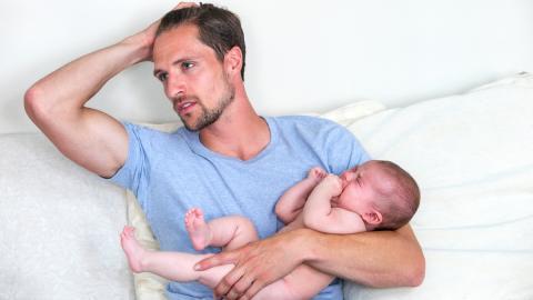Nicht nur Frauen sind betroffen: So leiden frischgebackene Väter unter postnataler Depression