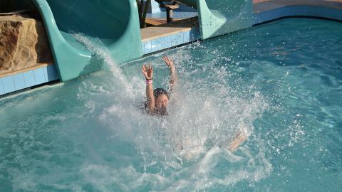 Frau amüsiert sich im Spaßbad: Kurz darauf müssen alle das Becken verlassen