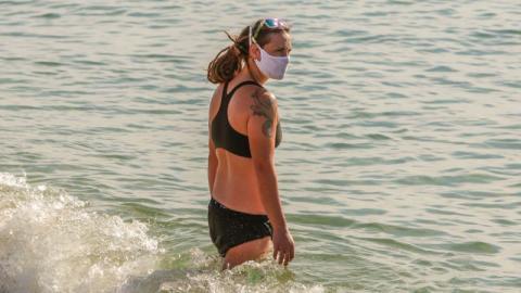 Schutzmasken im Alltag: Kann das Tragen im Sommer gefährlich werden?