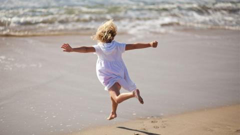 Tochter verletzt sich am Strand am Zeh: Dann nimmt das Unheil seinen Lauf