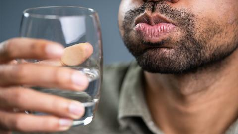 Gurgeln mit Salzwasser: Hilft das Hausmittel gegen Covid-19?