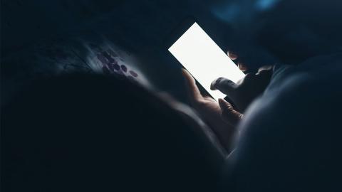 Wie gefährlich ist blaues Licht am Smartphone wirklich?