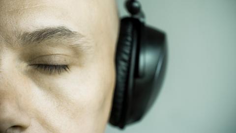 Gelähmter Rapper produziert Musik-Album mit seinen Augen!