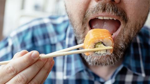 Mann isst Sushi: Dann droht ihm plötzlich eine Armamputation