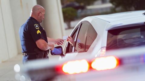 Polizist hält Autofahrer an, doch dann ändert sich sein Leben für immer