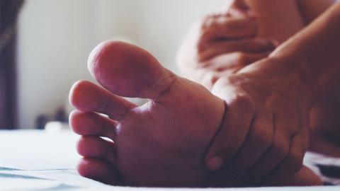 Mann quälen heftige Schmerzen, dann macht er eine Entdeckung in seinem Fuß