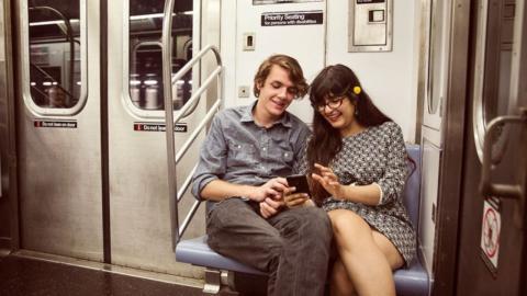 Fotograf knipst Paar in der U-Bahn: Dann bemerkt er etwas Schlimmes