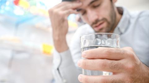 Mann wacht jeden Tag mit einem Kater auf, ohne dass er einen Tropfen Alkohol trinkt