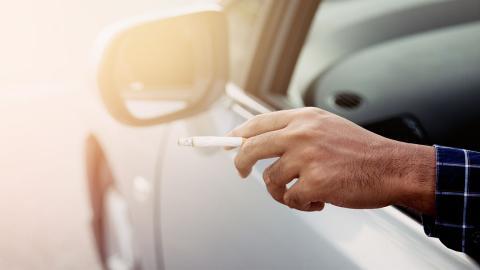 Mann zündet sich eine Zigarette im Auto an und bereut es Sekunden später