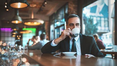 Mann verzichtet 15 Monate auf Kaffee und Alkohol: Wie er dann aussieht, ist verblüffend!