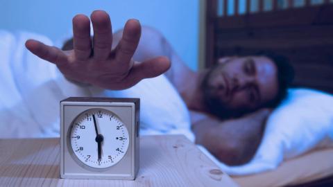 Immer zur gleichen Zeit aufwachen: Dein Körper will dir damit etwas Bestimmtes sagen