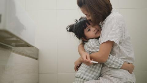 Furchteinflößende Überraschung: Als diese Frau ihre Tochter von der Toilette hebt, hat sie schreckliche Angst