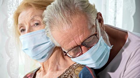 Covid-19: Neues gefährliches Symptom bei Senioren aufgetaucht!