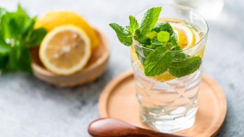 Wie schlank macht Wasser mit Zitrone wirklich?