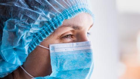 Mediziner teilt erschütterndes Bild: Corona-Patienten bekommen nur mehr Hightech-Abschied