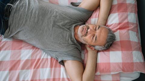 Geheimtipp für einen guten Schlaf: Die Position deines Bettes im Schlafzimmer ist von großer Bedeutung!