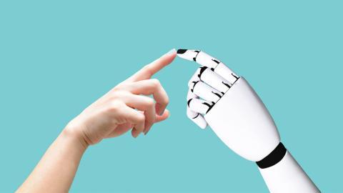 Transhumanistin: Frau lässt sich Technik-Gadgets in den Arm pflanzen