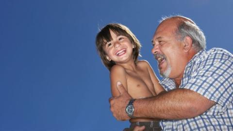 Enkel stellt Opa einfache Frage: Kurz darauf verliert er 160 Kilo