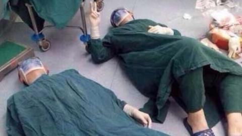 Ärzte brechen nach OP in chinesischem Krankenhaus zusammen