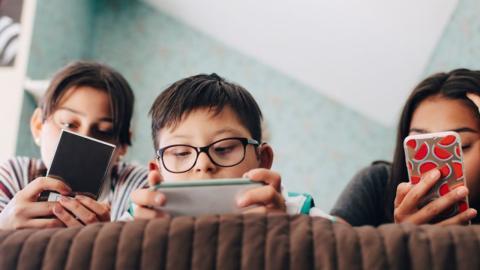 Diese Frage beschäftigt viele Eltern: Wann sind Kinder bereit für das erste Smartphone?