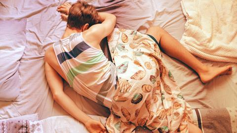 Wenn du das im Schlaf tust, steigt das Risiko später an Parkinson oder Demenz zu erkranken