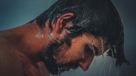 Diese schlechte Angewohnheit kann unter der Dusche gefährlich werden