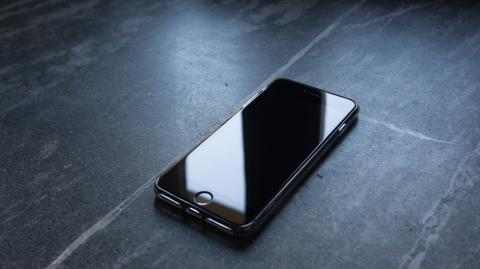 Erschütternde Erkenntnis: Aus diesem Grund solltest du dein Smartphone nie auf dem Schreibtisch liegen lassen