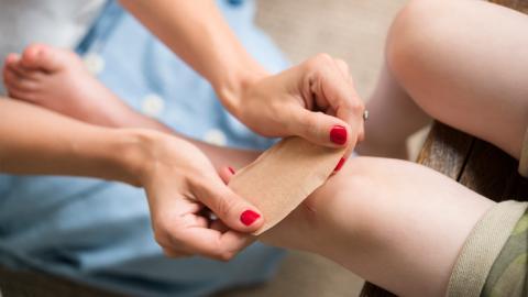 Pechschwarz angeschwollenes Knie: Mutter öffnet Wunde ihres Sohnes trotz Abraten der Ärzte