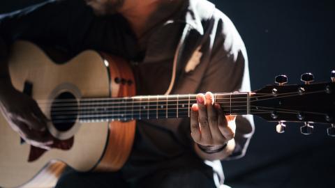 """Wie Sandsäcke"": Junger Musiker mit erschütternder Long-Covid-Erfahrung, die sein Leben komplett verändert"