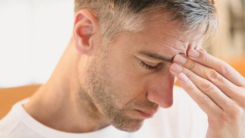 Kopfschmerzen und Gereiztheit: Diese Symptome deuten auf einen bestimmten Mangel hin