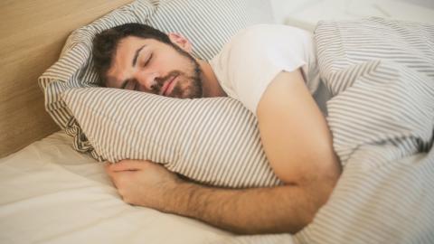 Arzt rät eindringlich: Besser immer alleine schlafen