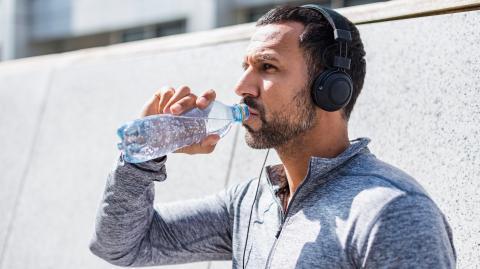 Kohlensäure: So viel Mineralwasser am Tag ist gut für deinen Körper