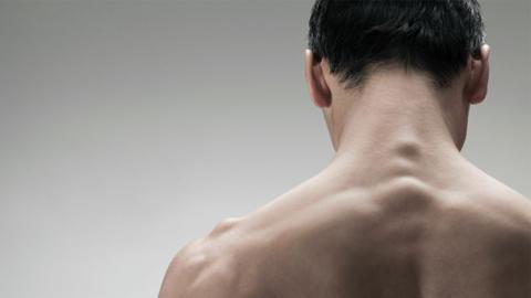 Mann spritzt sich eigenes Sperma in den Rücken, um Rückenschmerzen zu lindern