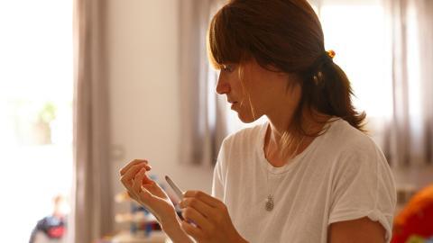 Erschütternde Diagnose: Junge Frau entdeckt schwarze Linie auf ihrem Fingernagel