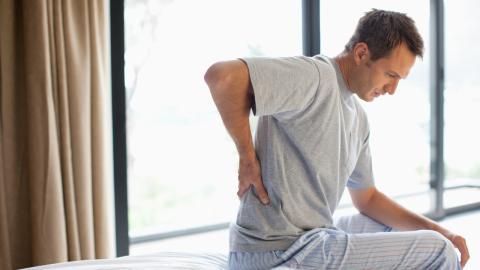 Rückenprobleme im Schlaf beseitigen: Mit dieser Schlafposition klappt es am besten