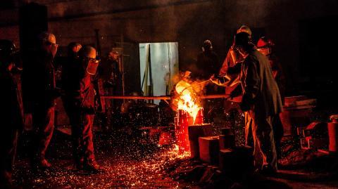 Einfach unglaublich! Mann fasst in flüssiges Metall, ohne sich die Hand zu verbrennen