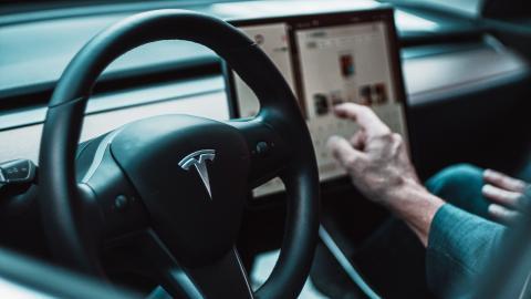 Sicherheitslücke bei Tesla: 10 Monate altes Baby gibt 10.000 Dollar aus!